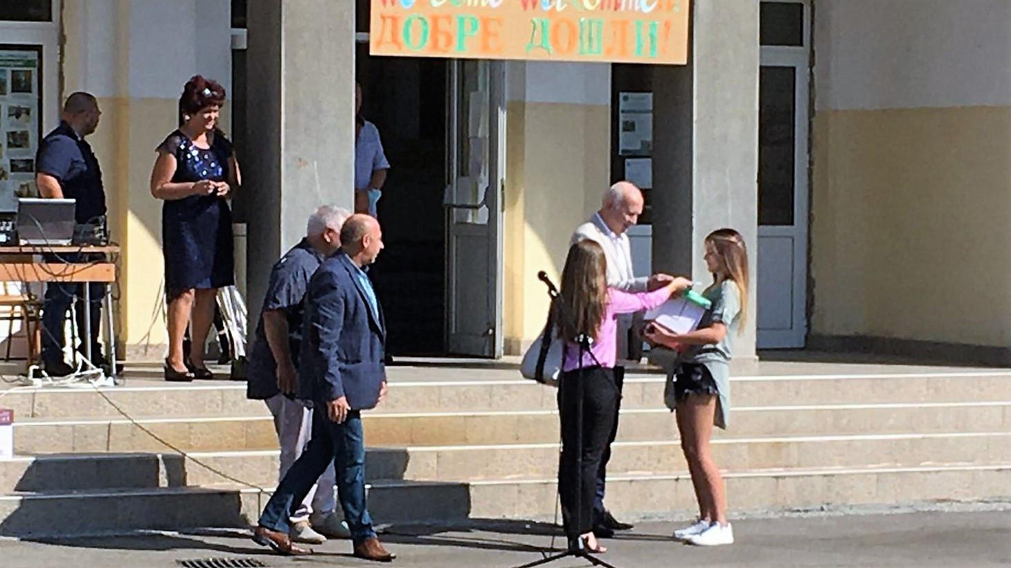 Vijf studenten ontvangen studiemateriaal